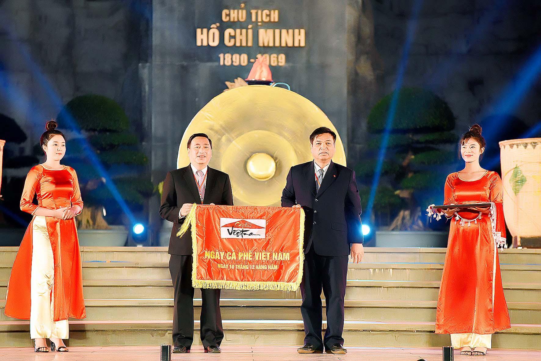 ông kpa thuyên phó chủ tịch UBND tỉnh trao cờ cho đơn vị đăng cai.jpg