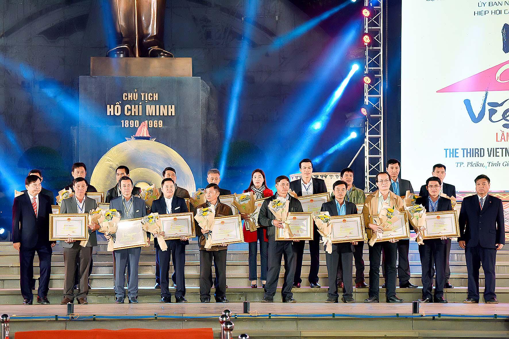 tặng giấy khen của UBND tỉnh cho các doanh nghiệp tham gia lễ hội cà phê (3).jpg