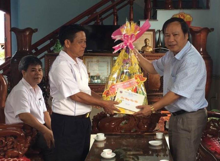 Phó Bí thư Tỉnh ủy Châu Ngọc Tuấn thăm, tặng quà gia đình chính sách